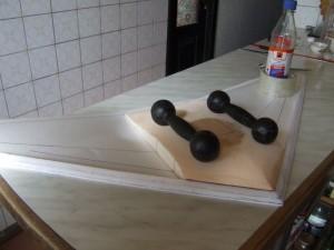 Склеиваем центральный наполнитель с нижней плоскостью